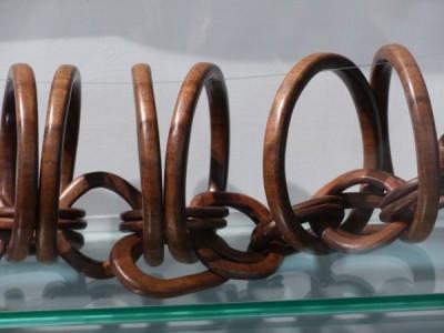 les anneaux enchainés sculptés dans la masse, fascinant ! mon préféré.