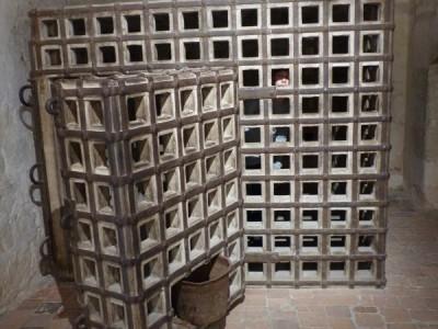 reproduction de la cage de Louis XI