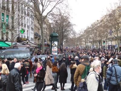 foule se déversant  dans Paris...