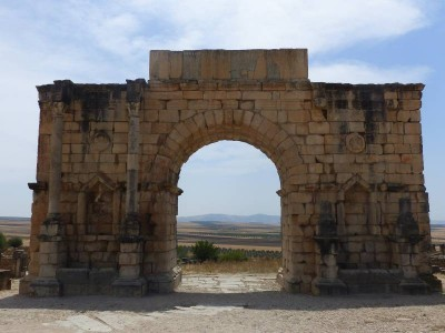 l'arc de triomphe, élevé en l'honneur de Caracalla, empereur romain.