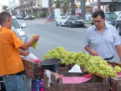 Hakim achète le raisin