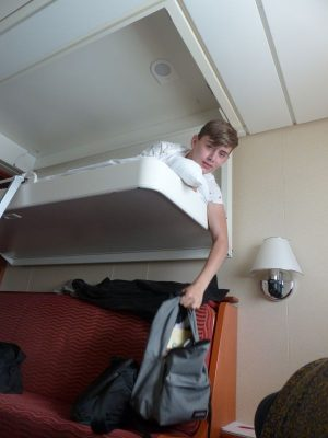 un des lits superposés et son occupant