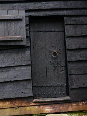la porte goudronnée