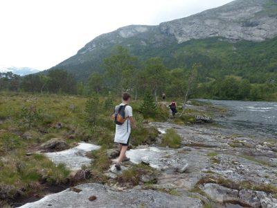 et de suivre la rivière.